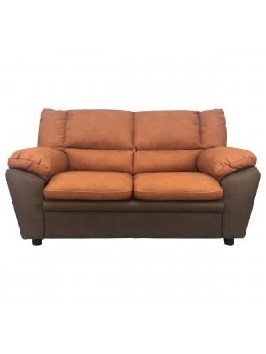 Vista frontale di un divano 2 posti imbottito e rivestito in ecopelle effetto nabuk arancione e testa di moro Totò Piccinni
