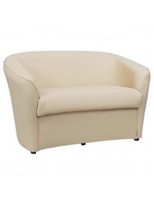 Vista diagonale di un divano 2 posti di design a pozzetto artigianale fatto in italia con solida struttura in legno ed ecopelle colore beige anti macchia lavabile Totò Piccinni