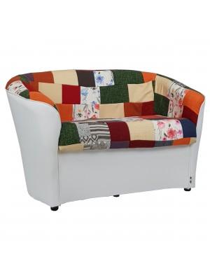 Vista diagonale di un divano 2 posti di design a pozzetto artigianale fatto in italia con solida struttura in legno ed ecopelle colore bianco e tessuto patchwork anti macchia lavabile Totò Piccinni