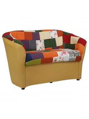 Vista diagonale di un divano 2 posti di design a pozzetto artigianale fatto in italia con solida struttura in legno ed ecopelle colore giallo e tessuto patchwork anti macchia lavabile Totò Piccinni