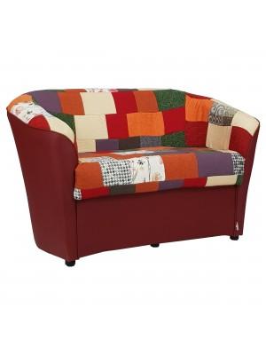 Vista diagonale di un divano 2 posti di design a pozzetto artigianale fatto in italia con solida struttura in legno ed ecopelle colore bordeaux e tessuto patchwork anti macchia lavabile Totò Piccinni