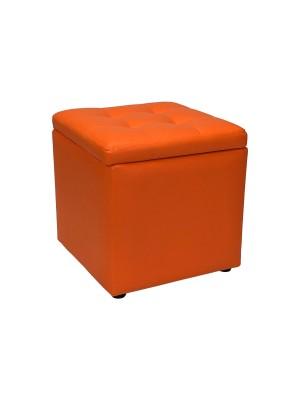 Vista diagonale di un pouf grande imbottito con contenitore in ecopelle arancione chiuso Totò Piccinni