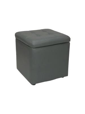 Vista diagonale di un pouf grande imbottito con contenitore in ecopelle grigio chiuso Totò Piccinni
