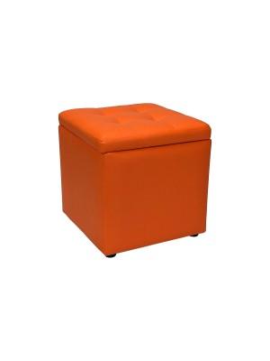 Vista diagonale di un pouf piccolo imbottito con contentitore in ecopelle arancione chiuso Totò Piccinni