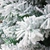 Floccatura su ramo e rametti coperti artificialmente da neve bianca di un albero di natale verde foltissimmo Kettinson Slim Xone
