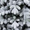 Floccatura fiocchi di neve bianchi su rami e rametti verdi in un albero di Natale realistico stretto Innevato Cervino Slim Xone