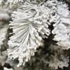 Ramo e rametti coperti artificialmente da neve bianca di un albero di natale verde realistico gardena xone