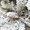 Pigna e rami innevati di un albero di natale artificiale folto verde e bianco gardena xone