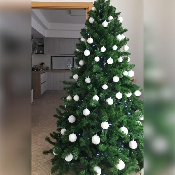 Albero di natale addobbato molto realistico folto con palle bianche e decori Roccaraso Totò Piccinni