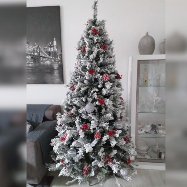 Idea ambientata di Albero di Natale Innevato verde  Bianco Berna con Fiocchi di Neve Artificiale Totò Piccinni addobbato e decorato con palline rosse