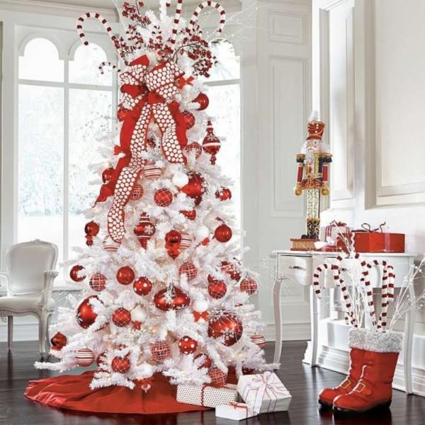Salotto decorato con albero di natale artificiale renon bianco addobbato con palle e fiocchi rossi Totò Piccinni