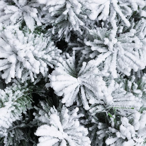 Rami e foglie innevati artificialmente da neve bianca di un albero di natale verde realistico jackie slim xone