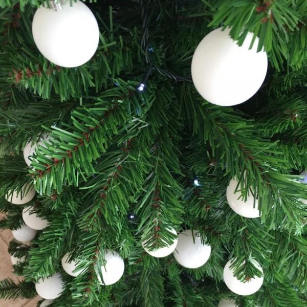 Rami verdi addobbati con palle bianche di un albero di Natale artificiale foltissimo Roccaraso Totò Piccinni
