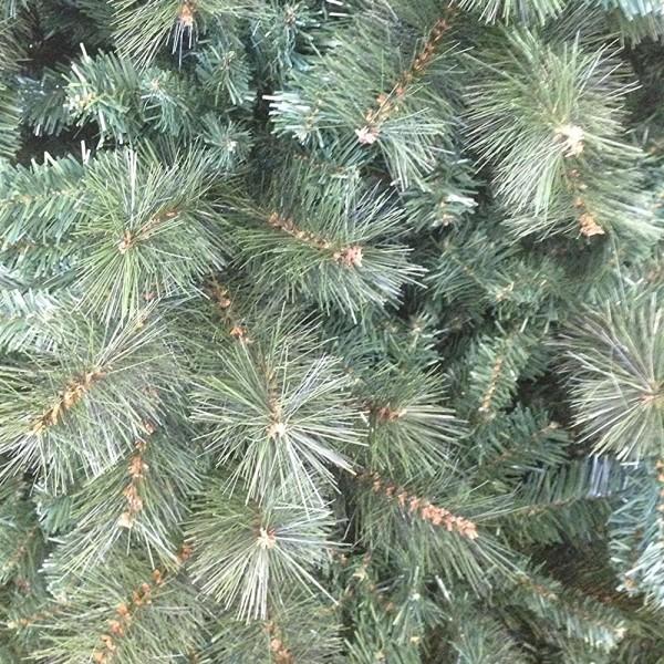 Dettaglio rami e rametti in pvc e pp di un albero di Natale molto folto verde Milton Xone