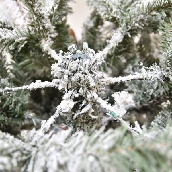 Rami a gancio di un albero di natale innevato verde e bianco con neve artificiale gardena xone