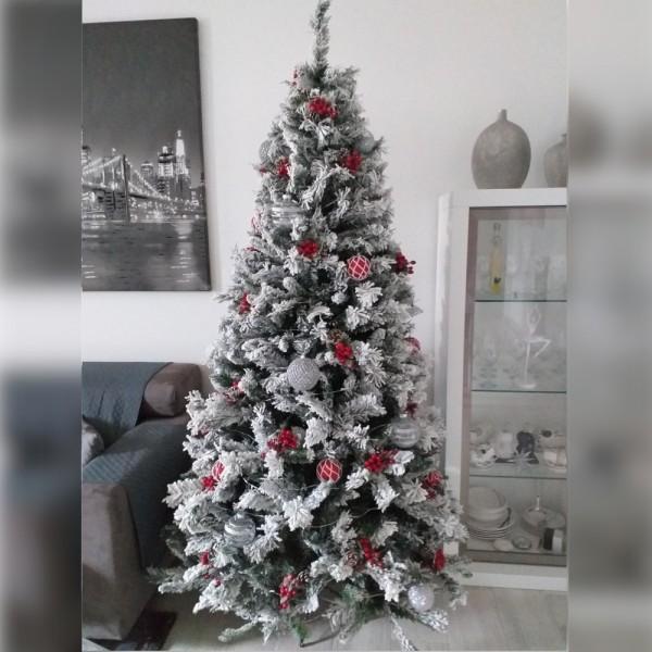 Foto ambientata di un albero di natale stretto realistico innevato verde e bianco decorato streKettinson Slim Xone