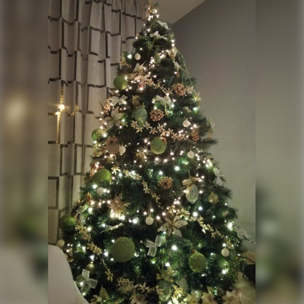Decorazioni di natale su albero artificiale verde molto folto Milton Xone