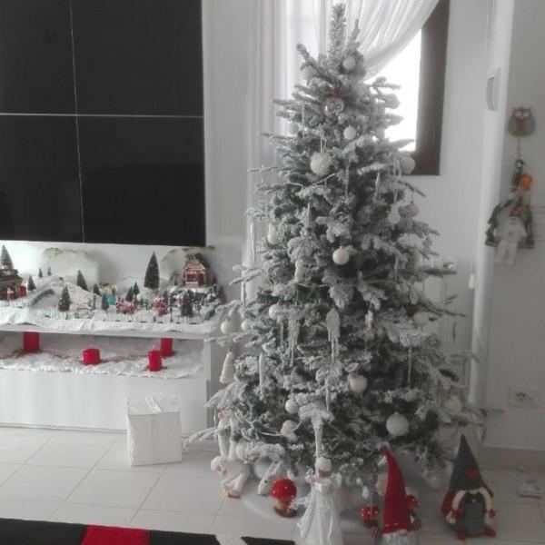 Ambiente domestico decorato con albero di natale realistico con floccatura folto Alaska Xone