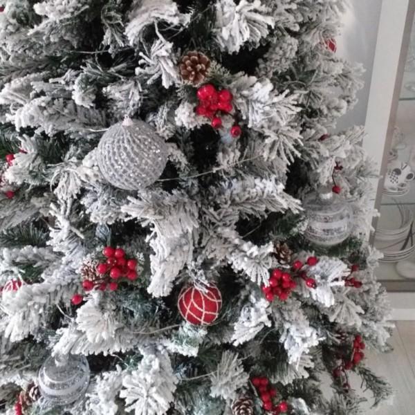 Esempio di addobbo di un albero realistico bianco e verde foltissimmo innevato  Kettinson xone